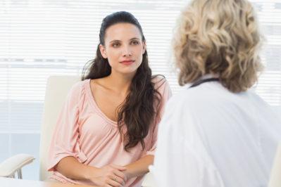 Девушка разговаривает с врачом