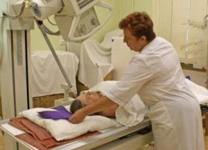 Врач проводит процедуру пациенту