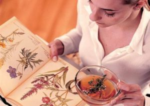 Девушка пьет отвар из трав