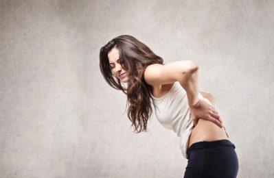 У девушки боли в спине