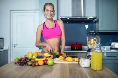 Спортсменка на кухне