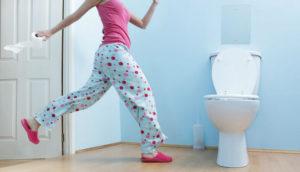 бежит в туалет