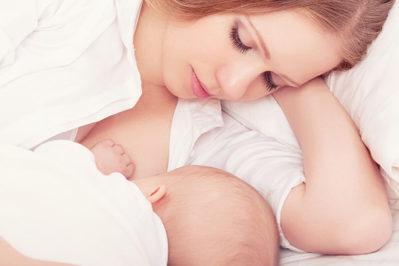 девушка кормит грудью малыша