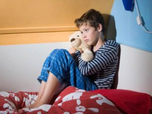Ребенок на постели