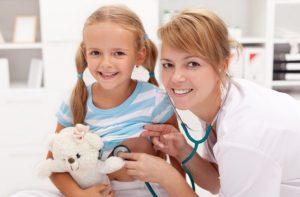 девочка с врачом