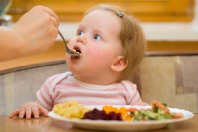 Ребенок кушает