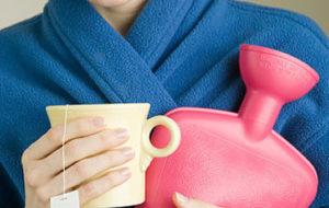 грелка и чашка чая