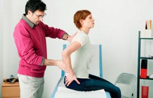 осмотр спины пациенту