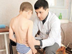 врач осматривает мальчика