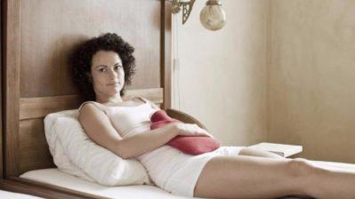 девушка с грелкой в постели