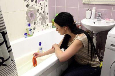измерение температуры воды в ванной