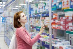 девушка выбирает лекарства
