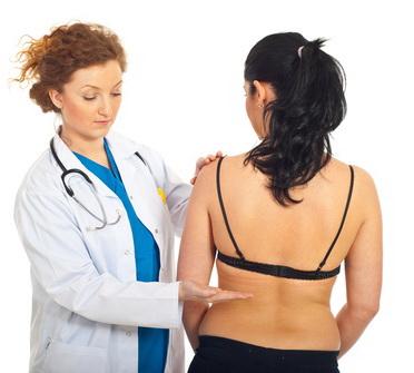 врач осматривает пациентку
