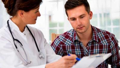 доктор объясняет мужчине