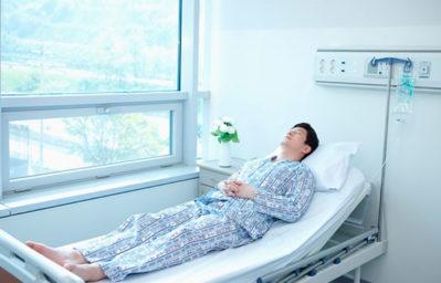 мужчина в больничной палате